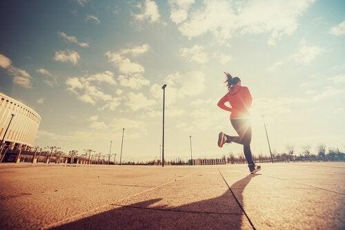 biegająca kobieta reprezentująca doskonałość