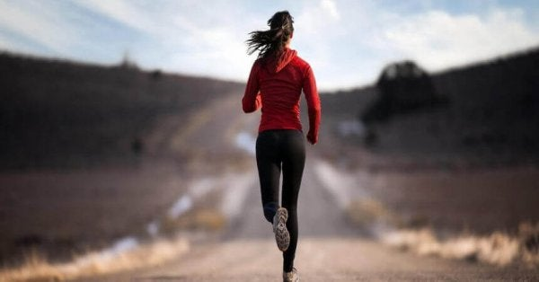 biegająca kobieta reprezentująca siłę woli