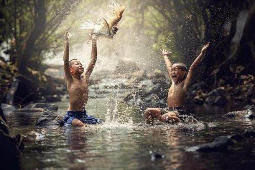 Chłopcy bawią się w rzece