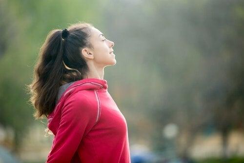 Ćwicząca kobieta przedstawiająca zasady Ikigai.
