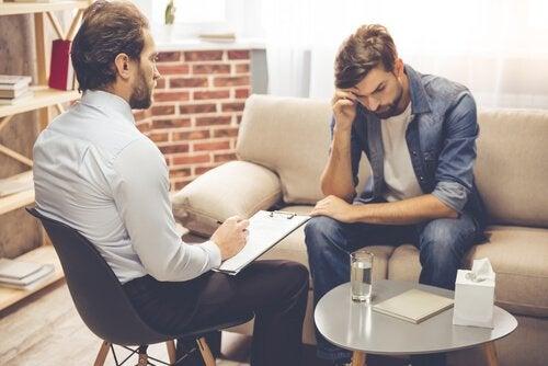 dwóch mężczyzn w gabinecie psychologa