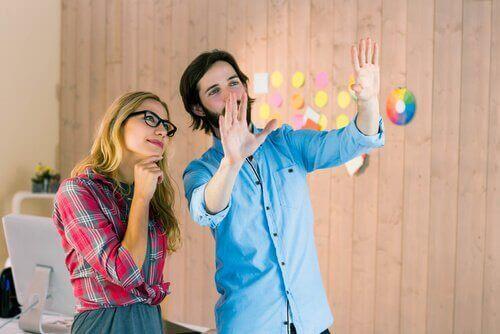 Dwoje młodych ludzi wyobraża sobie piękną przyszłość