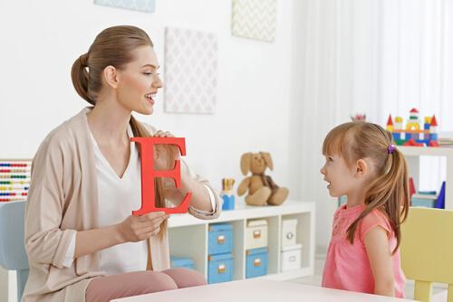 Dziecko uczy się literek.