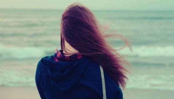 plecy dziewczyny na plaży
