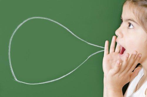 Dziewczynka i dymek wypowiedzi - mówienie do siebie