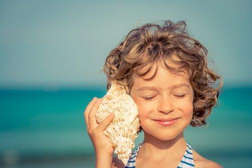 Dziewczynka z muszlą przy uchu