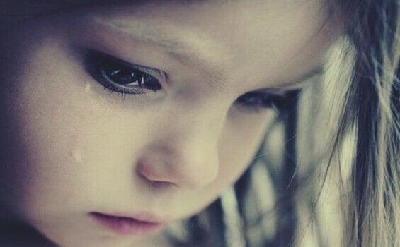 Płacząca dziewczynka - lęk przed odrzuceniem