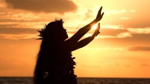 Hawajka tańczy przy zachodzie słońca