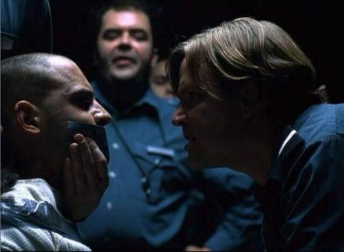 strażnik z więźniem kadr z filmu Eksperyment