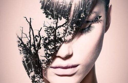 Kobieta z liśćmi na twarzy