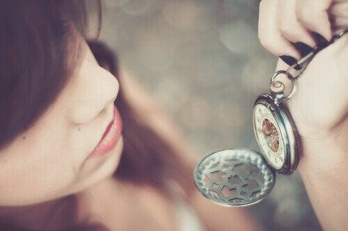kobieta patrząca na zegarek