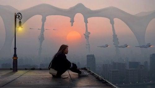 niepewność o przyszłość - kobieta na dachu domu