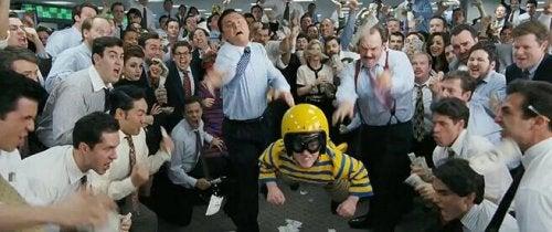 mężczyźni w koszulach bawią się w biurze