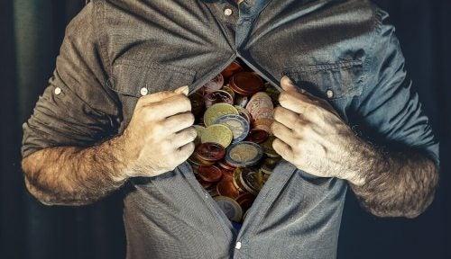 mężczyzna otwierający koszule ukazujący pieniądze jako święte wartości