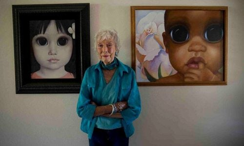 Margaret Keane ze swoimi obrazami
