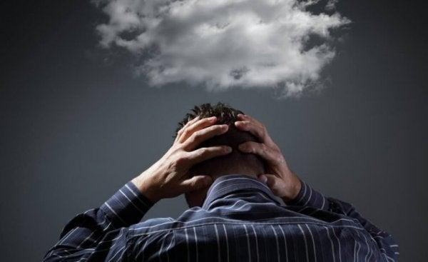 Mężczyzna ma chmury na głowie