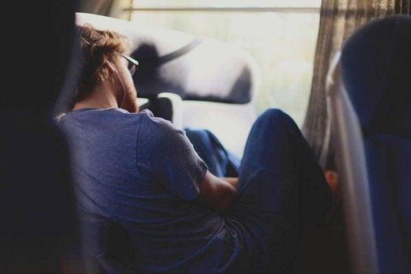 mężczyzna cierpiący na hipersomnię
