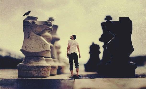 mężczyzna między szachami