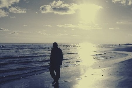 mężczyzna na plaży - oblicze narcyzmu