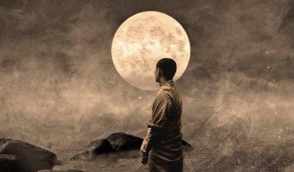 mnich na tle księżyca