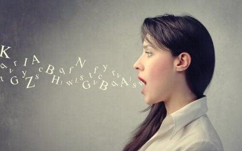 kobieta wypowiada głoski