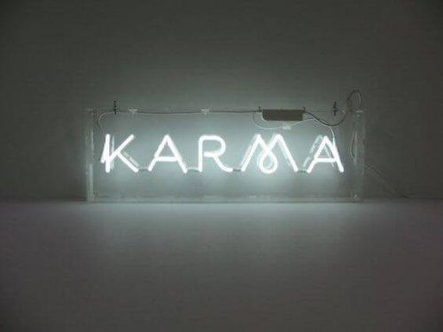 neon z napisem karma