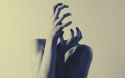 Kobieta z niewidzialną głową - obawa i strach