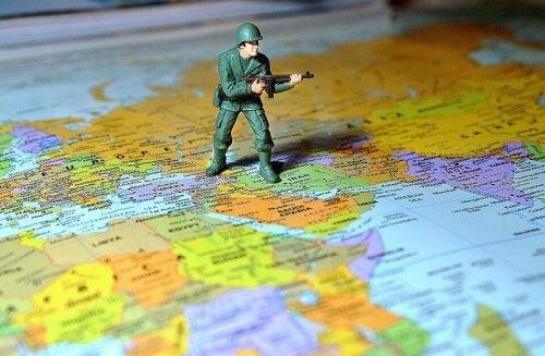Plastikowy żołnierz na mapie