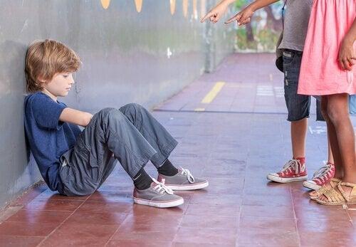 chłopiec prześladowany przez inne dzieci - intelektualne znęcanie się