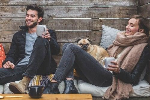 Przyjaciele pijący kawe