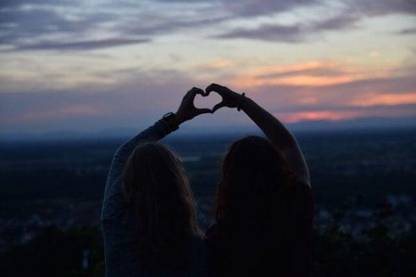 Przyjaciółki robiące serce