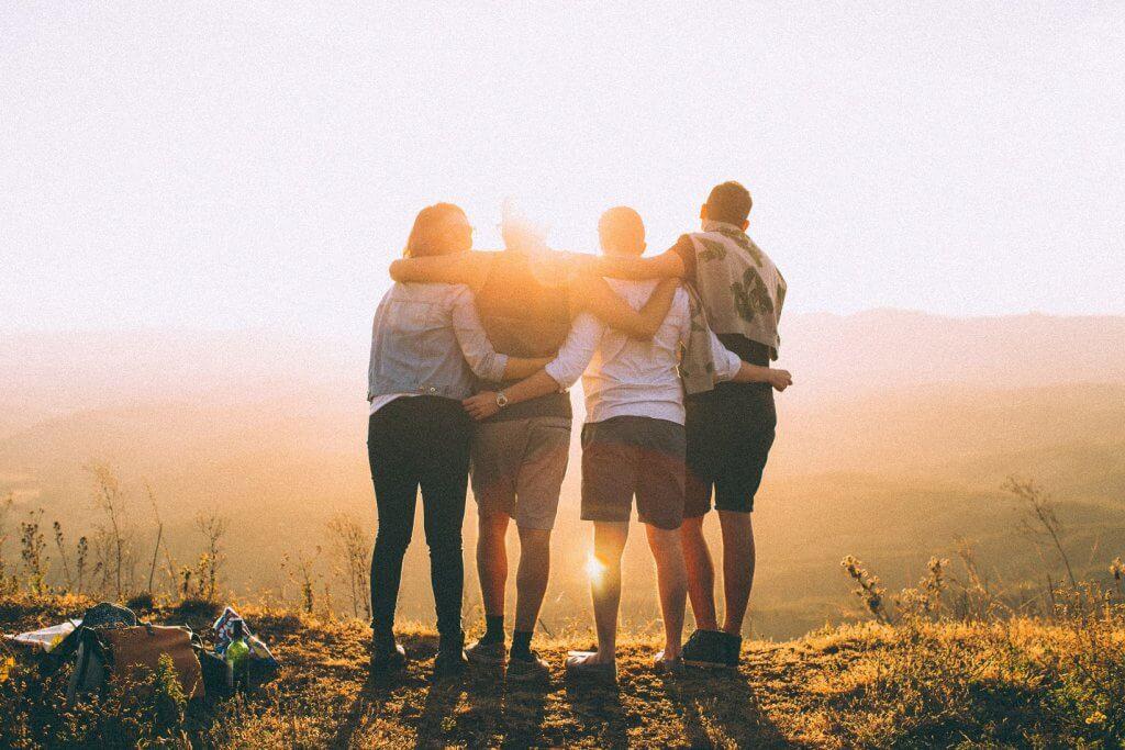 przytuleni przyjaciele - uczciwi ludzie