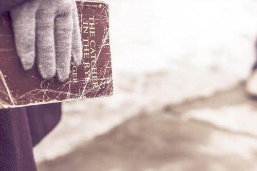 Ręka trzymająca książkę Buszujący w zbożu