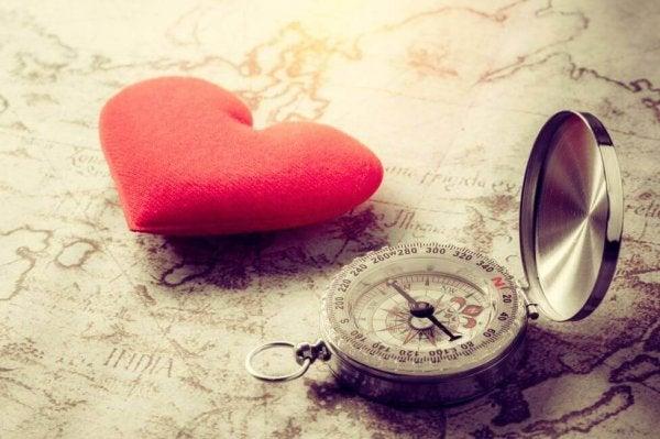 serce i kompas na mapie
