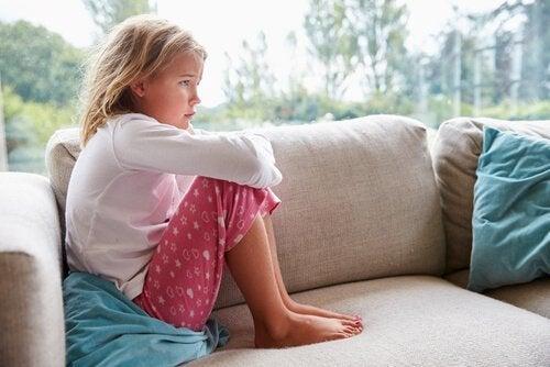 smutna dziewczynka na kanapie