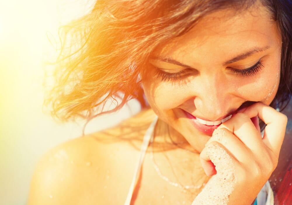 szczęśliwa kobieta - wymuszone uśmiechanie się