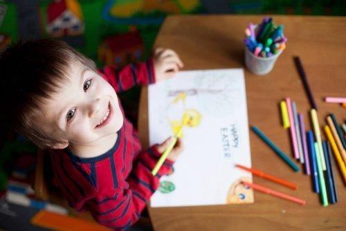 Szczęśliwy chłopiec uczy się