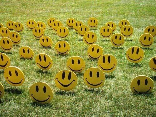 uśmiechnięte buźki leżące na trawie