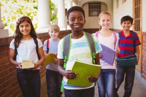uśmiechnięte dzieci w szkole - edukacja włączająca