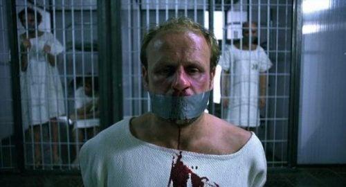 więzień skuty i zkaneblowany
