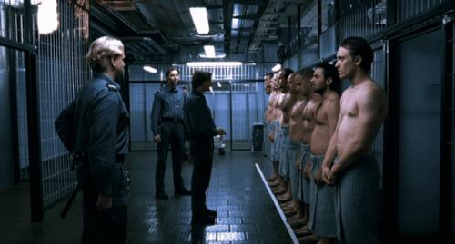 więźniowie i strażnicy w więzieniu