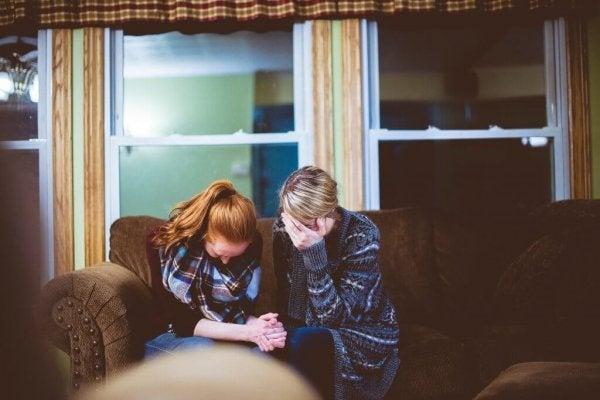 dwie pocieszające się kobiety reprezentujące proszenie o pomoc