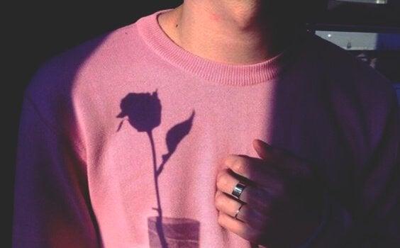 Chłopak z cieniem róży.