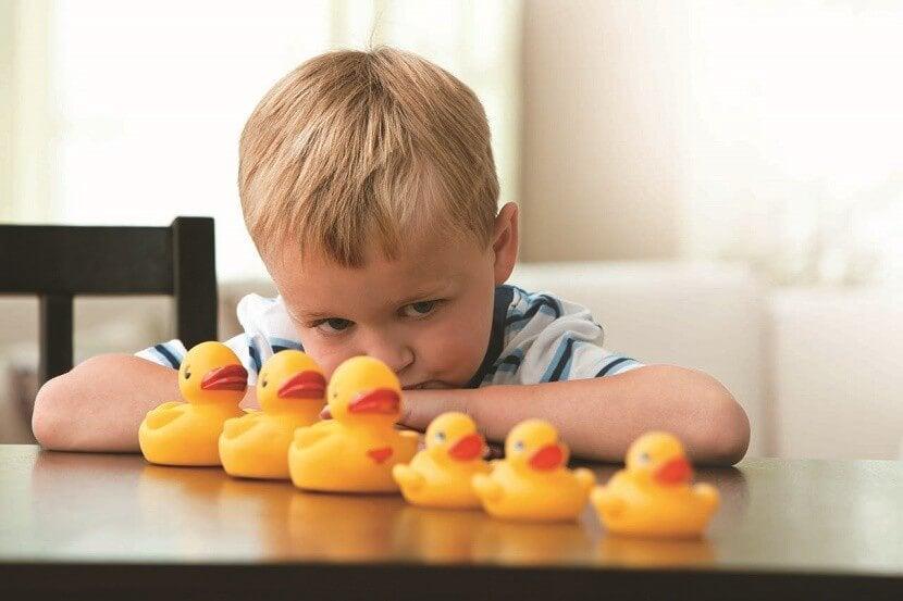 chłopiec z gumowymi kaczkami