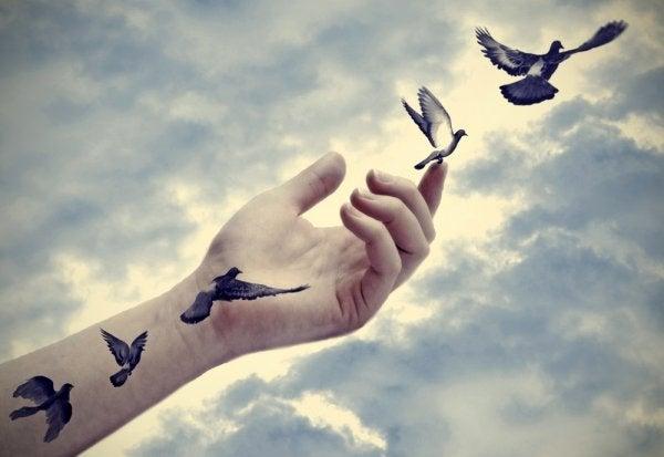 dłoń z ptakami