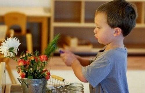 Dziecko i roślina.