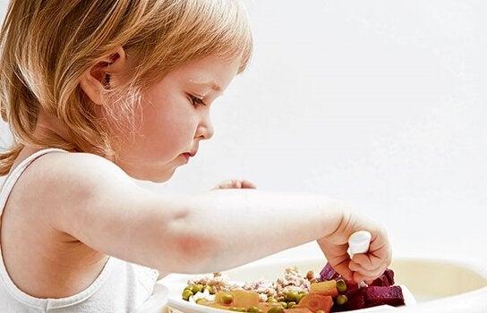 dziecko jedzące warzywa