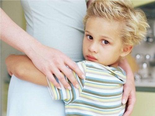 Dziecko przytula mamę