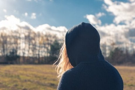 dziewczyna w bluzie reprezentująca antyspołeczne zaburzenie osobowości
