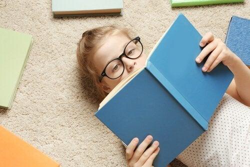 Czytająca dziewczynka.